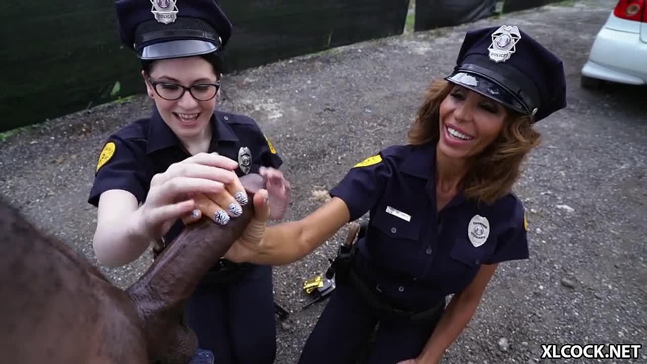 Die dreckigen Cops Lyla Lali und Norah Gold gehen hart auf Mandingo-Gestüt ein